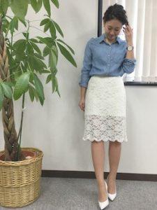 デニムシャツ×白のレーススカートのコーデ