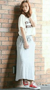 15ロゴTシャツ×ロングスカート×春夏のリラックスコーデ