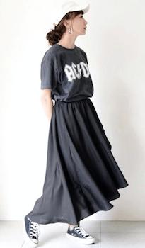 マキシ丈スカート×ロックTシャツのレディースコーデ