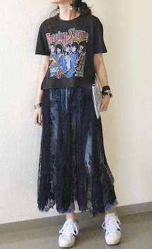 レーススカート×ロックTシャツのレディースコーデ