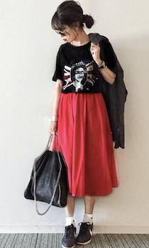 フレアスカート×ロックTシャツのレディースコーデ