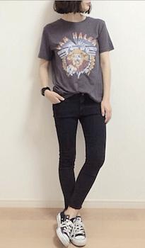 黒デニムパンツ×ロックTシャツのレディースコーデ