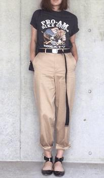 チノパン×ロックTシャツのレディースコーデ