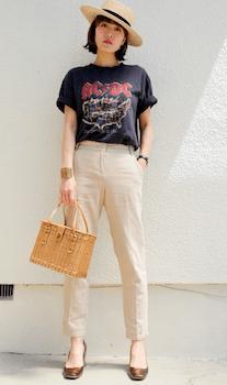 チノパンツ×ロックTシャツのレディースコーデ