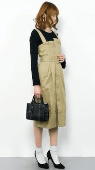黒ロンTシャツ×白ソックス×ビスチェワンピースの春夏コーデ