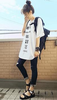 スキニーデニム×ロックTシャツのレディースコーデ