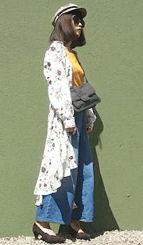 花柄ロングシャツ×デニムワイドパンツ×キャスケットの春夏レディースのコーデ