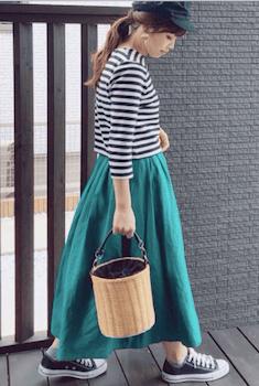 ボーダーTシャツ×マキシ丈スカート×キャスケットの春夏レディースのコーデ