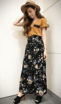 カラーTシャツ×花柄ワイドパンツ×サボサンダルのレディースの夏コーデ