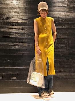 大きめクリアバッグ+白バッグ×黄色のニットワンピース×ジーンズ