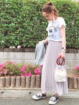 リングハンドルのクリアバッグ+白バッグ×プリントTシャツ×プリーツスカート