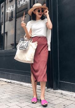 ミニクリアバッグ+ストライプ柄のポーチ×アンサンブル×ミモレ丈スカート