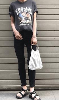 ロックTシャツ×黒デニムパンツ×スポーツサンダルのレディースの夏コーデ
