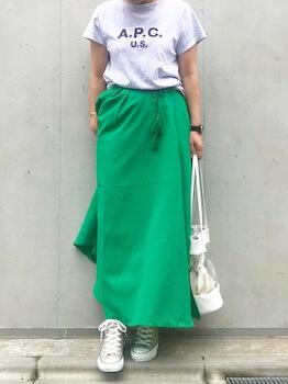 ホワイトレザーのクリアバッグ×Tシャツ×緑のロングスカート