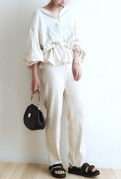 袖フリルブラウス×白パンツ×スポーツサンダルのレディースの夏コーデ