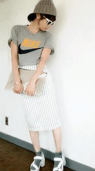ナイキTシャツ×タイトスカート×スポーツサンダルのレディースの夏コーデ