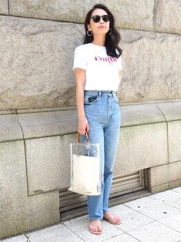 スクエアタイプのクリアバッグ+白バッグ×ロゴTシャツ×ブルージーンズ