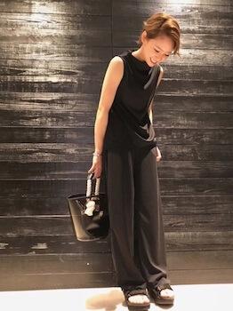バケツ型のクリアバッグ+黒バッグ×ノースリーブトップス×ワイドパンツ