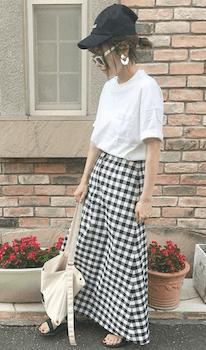 白Tシャツ×チェック柄スカート×スポーツサンダルのレディースの夏コーデ