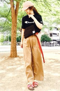 ブランドTシャツ×ワイドパンツ×シャワーサンダルのレディースコーデ