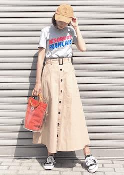 バンブーハンドルのクリアバッグ+オレンジバッグ×ロゴTシャツ×フロントボタンスカート