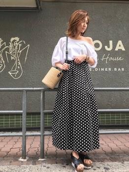 バルーン袖のワンショルダートップス×ドットマキシ丈スカート
