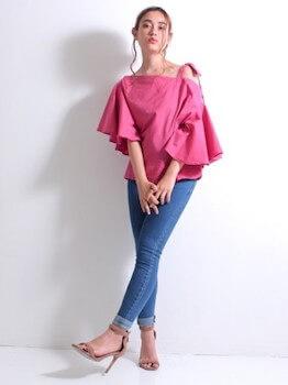 ピンクのワンショルダートップス×スキニーデニムパンツ