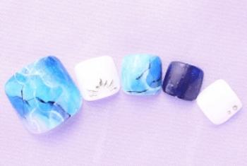 フットネイルで夏に人気のデザイン:ブルー&ホワイト