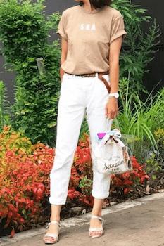 クリアバッグをおしゃれに見せたおすすめのコーデ:Tシャツ×白デニムパンツ