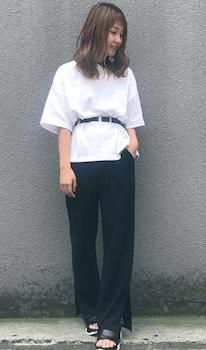 ストレートのスリットパンツ×白Tシャツ×ベルト