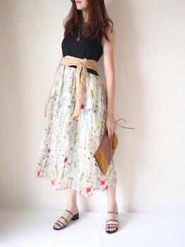 黒ダブルストラップのクリアサンダル×ノースリーブトップス×花柄フレアスカート