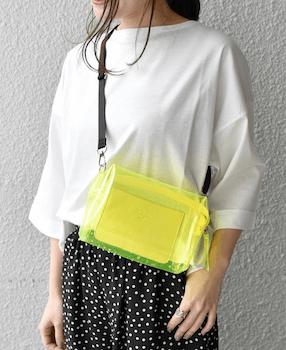 クリアバッグをおしゃれに見せたおすすめのコーデ:白ブラウス×ドット柄スカート