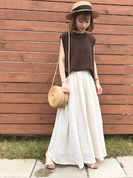 白のクリアサンダル×フレンチスリーブTシャツ×マキシスカート