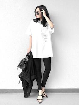 細身クリアサンダル×ビックTシャツ×黒デニムパンツ