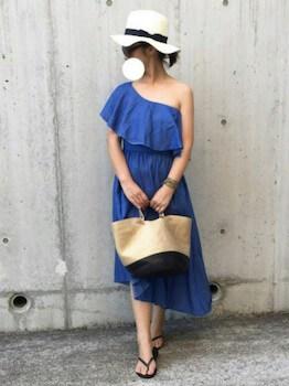 ブルーのワンショルダーワンピース×麦わら帽子×カゴバッグ