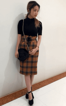 黒の半袖ニット×タータンチェック柄のコルセットスカートのコーデ