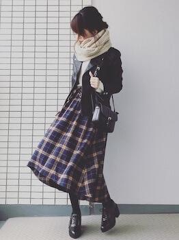 おしゃれなコルセットスカートの着こなし方:柄物で個性派スタイル!