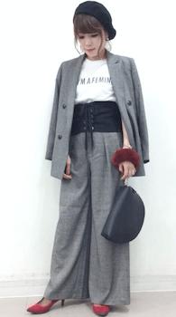 コルセットベルト×セットアップスーツ×カジュアルTシャツの秋コーデ