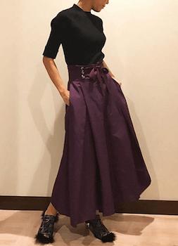 黒のニットセーター×マキシ丈のコルセットスカートのコーデ