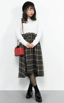 白ニットセーター×膝丈ラインのコルセットスカートのコーデ