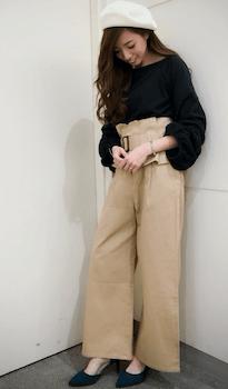 コルセットベルト×バルーン袖の黒ブラウス×ベージュのワイドパンツの秋コーデ