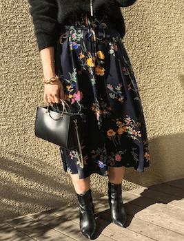 黒トップス×ショートブーツ×花柄のコルセットスカートのコーデ