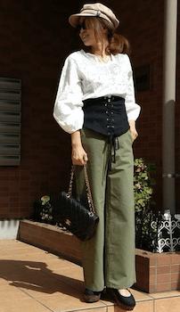 コルセットベルト×バルーン袖のブラウス×ワイドチノパンツの秋コーデ
