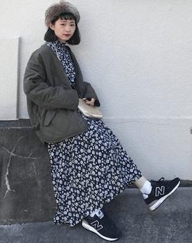 白黒の花柄ワンピース×スニーカー×キルディングジャケット秋冬コーデ