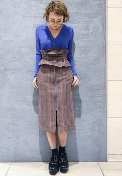 Vネックセーター×ピン・チェックのコルセットスカートのコーデ