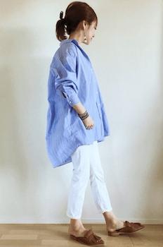 ブルーのオーバーシャツ×白デニムパンツ×スリッパサンダル