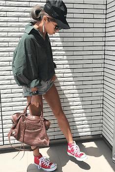 モスグリーンオーバーシャツ×ショートデニムパンツ×レザーバッグ
