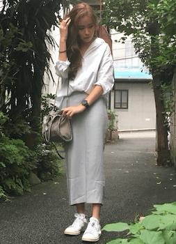 白のオーバーシャツ×タイトスカート×キャンバスニーカー