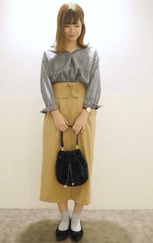 スキッパーシャツ×ベージュのコルセットスカートのコーデ