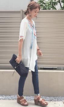 刺繍チュニック×スキニーデニム×厚底サンダルのエスニックファッション
